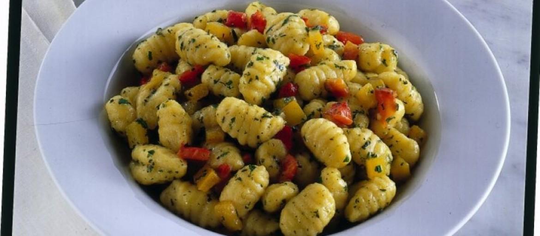 gnocchi-allinfuso-di-erbe-con-peperoni-grigliati-725x545