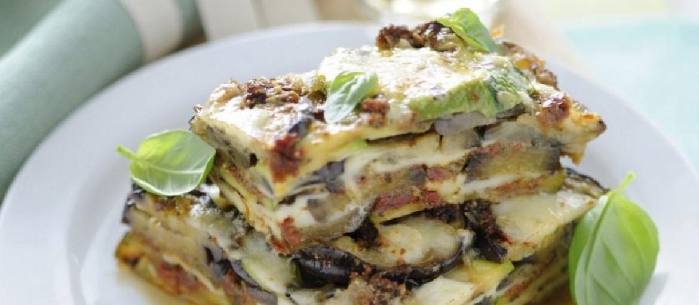 parmigiana-di-melanzane-e-zucchine-al-pesto-rosso-ricetta-725x545